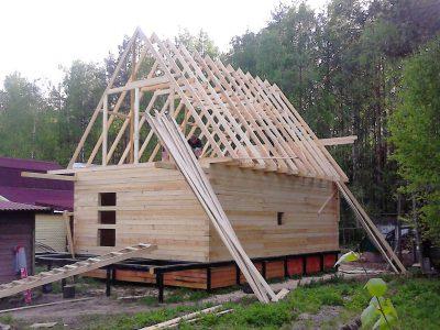 Стропильная конструкция одноэтажного дома с мансардным этажом с подстропильными
