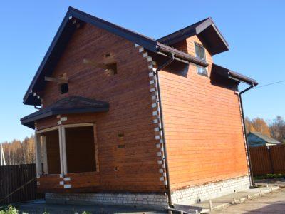 Дом из профбруса покрашен, покрыт кровлей